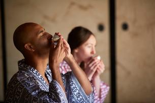 浴衣姿で日本酒を飲む外国人カップルの写真素材 [FYI02058564]