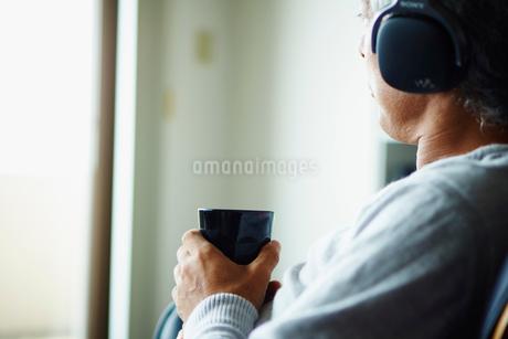 ヘッドフォンで音楽を聴くシニア男性の写真素材 [FYI02058587]