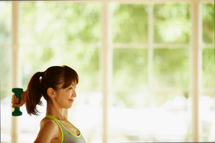ダンベルでトレーニングをする女性の写真素材 [FYI02058598]
