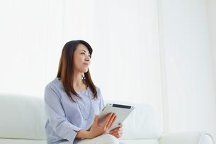 タブレットPCを持つ女性の写真素材 [FYI02058599]