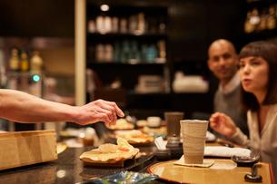 寿司屋で食事をする外国人の写真素材 [FYI02058602]