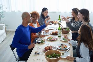 ホームパーティーをする外国人と日本人の写真素材 [FYI02058611]