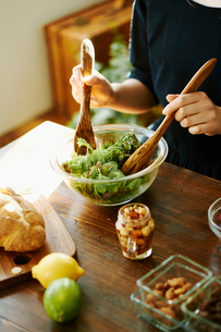 サラダを作る女性の写真素材 [FYI02058612]