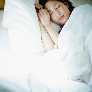 眠る女性の写真素材 [FYI02058613]