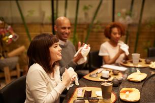 寿司屋で食事をする外国人の写真素材 [FYI02058625]