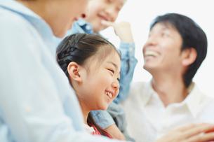 家族と一緒に笑う女の子の写真素材 [FYI02058627]