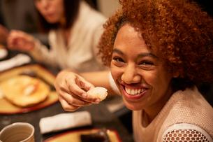 寿司を食べる外国人女性の写真素材 [FYI02058640]