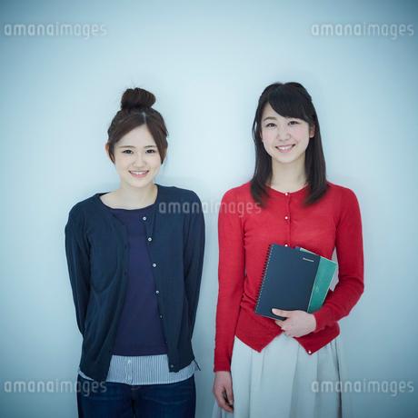 2人の女子大生のポートレートの写真素材 [FYI02058643]