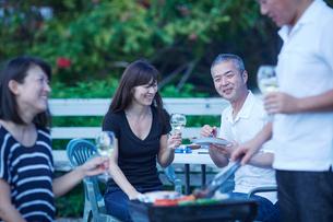 ガーデンパーティーをする2組の夫婦の写真素材 [FYI02058646]