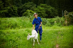 ヤギと笑顔の農夫の写真素材 [FYI02058661]
