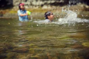 川遊びをする男の子と女の子の写真素材 [FYI02058666]