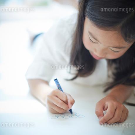 お絵かきをする女の子の写真素材 [FYI02058678]