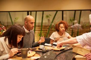 寿司屋で食事をする外国人の写真素材 [FYI02058697]