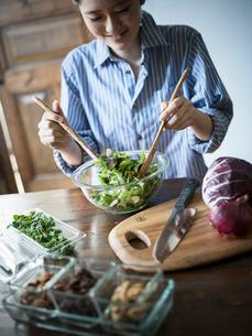 グリーンサラダを作る女性の写真素材 [FYI02058714]
