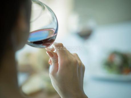 赤ワインを飲むミドル女性の写真素材 [FYI02058715]