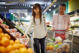 スーパーマーケットで買い物をする夫婦の写真素材 [FYI02058716]