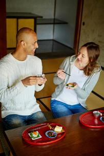 和室で食事をする外国人カップルの写真素材 [FYI02058717]