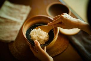 ご飯をよそう女性の写真素材 [FYI02058718]