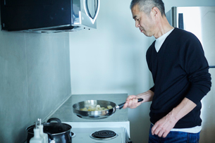 料理をするミドル男性の写真素材 [FYI02058719]