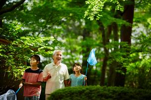 虫取りをする祖父と孫たちの写真素材 [FYI02058722]