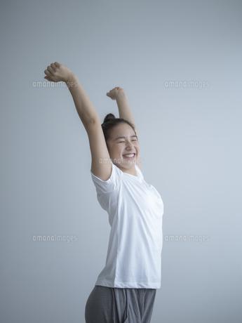 伸びをする女性の写真素材 [FYI02058723]