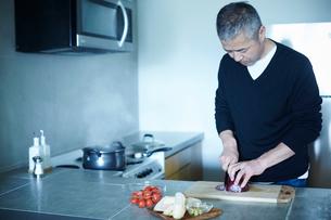 料理をするミドル男性の写真素材 [FYI02058724]