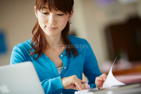 デスクワークをする女性の写真素材 [FYI02058728]