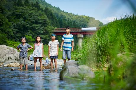 清流の中に立つ子供達の写真素材 [FYI02058729]