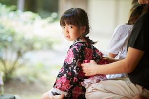 母親に浴衣の帯を直してもらう女の子の写真素材 [FYI02058739]