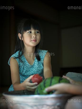 トマトを持つ女の子の写真素材 [FYI02058740]