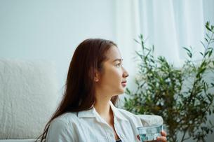 グラスを持つ女性の横顔の写真素材 [FYI02058741]