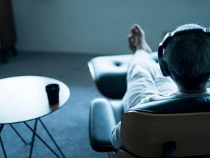 ヘッドフォンで音楽を聴くシニア男性の写真素材 [FYI02058752]