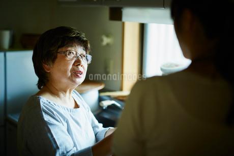 娘と話すシニア女性の写真素材 [FYI02058754]