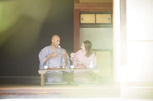 浴衣姿で食事をする外国人カップルの写真素材 [FYI02058755]