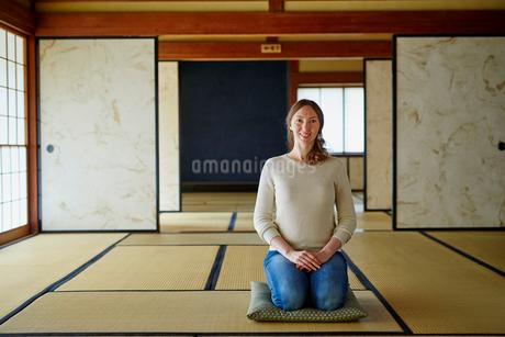 和室で正座する外国人女性の写真素材 [FYI02058757]
