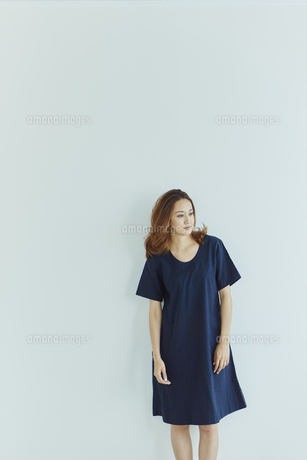 ワンピースを着た女性の写真素材 [FYI02058759]