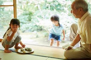 おにぎりを食べる女の子と祖父の写真素材 [FYI02058768]