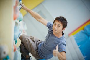 ボルダリングをする男性の写真素材 [FYI02058775]