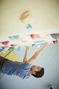 ボルダリングをする男性の写真素材 [FYI02058798]