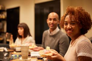 寿司屋で食事をする外国人の写真素材 [FYI02058801]