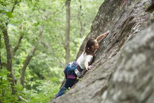 ロッククライミングをする女性の写真素材 [FYI02058811]