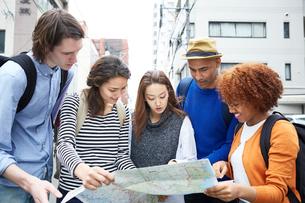 地図を見る外国人と日本人の写真素材 [FYI02058816]