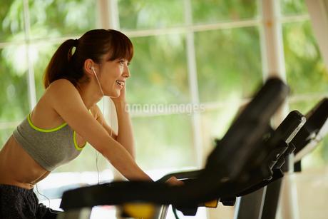 エアロバイクで運動する女性の写真素材 [FYI02058818]