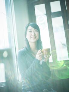 コーヒーカップを持つ女性の写真素材 [FYI02058822]