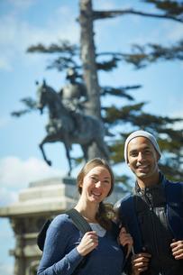 外国人カップルと伊達政宗騎馬像の写真素材 [FYI02058828]