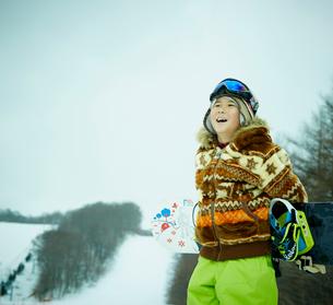 スノーボードを持つ男の子の写真素材 [FYI02058831]