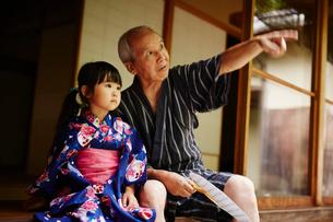 浴衣姿の女の子と指差す祖父の写真素材 [FYI02058834]
