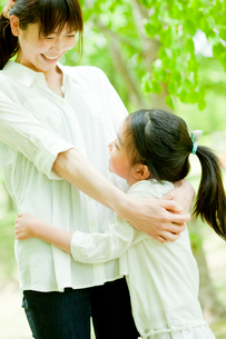 母親に抱きつく女の子の写真素材 [FYI02058840]