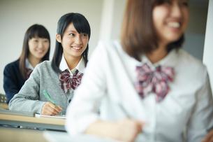 授業中の女子学生の写真素材 [FYI02058843]