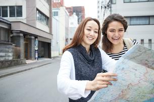 地図を見る外国人女性と日本人女性の写真素材 [FYI02058849]